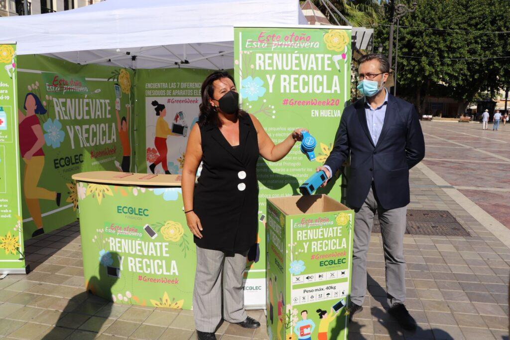 La viceportavoz y concejala de Hábitat Urbano e Infraestructuras del Ayuntamiento de Huelva, Esther Cumbrera, y Rafael Serrano, de Fundación ECOLEC